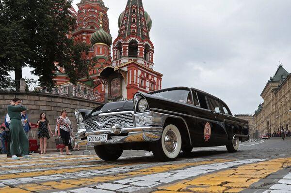 Автомобиль «Чайка» ГАЗ-13 в гонке ГУМ-авторалли Gorkyclassic - 2018 в Москве