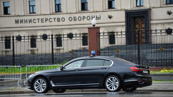 Автомобиль у здания министерства обороны РФ