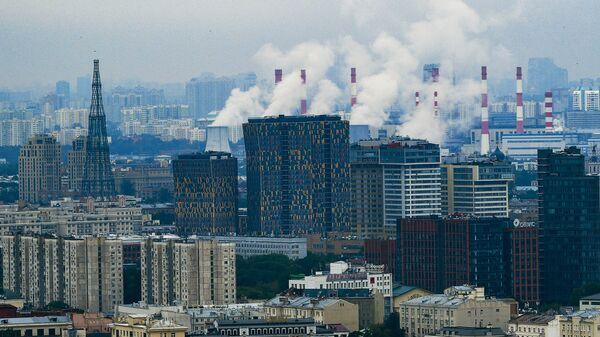 Район Якиманка в Москве. Слева: Шуховская телебашня, в центре: жилой комлпекс Sky House
