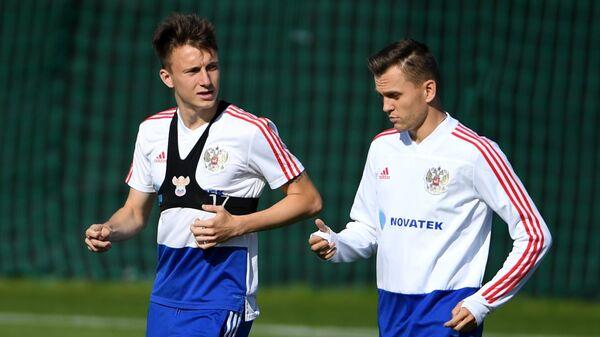 Футболисты сборной России Александр Головин (слева) и Денис Черышев