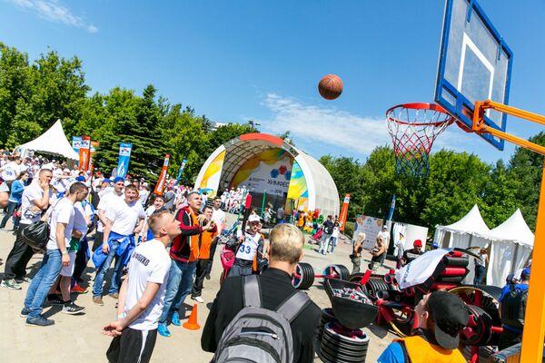 Участники мероприятия соревнуются в бросках в баскетбольное кольцо