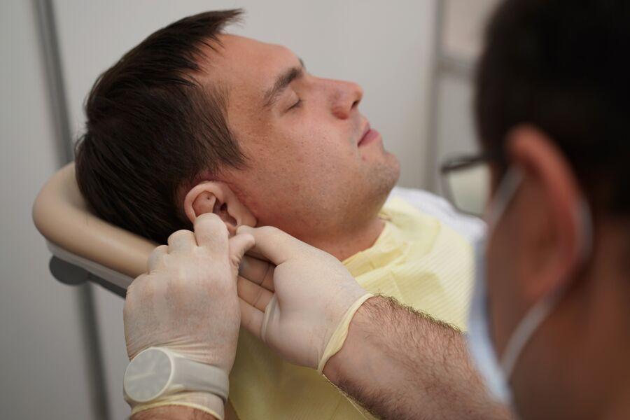 Это уже второй протез уха у Алексея Адонина. Первый, на магнитах, он едва не потерял на дискотеке
