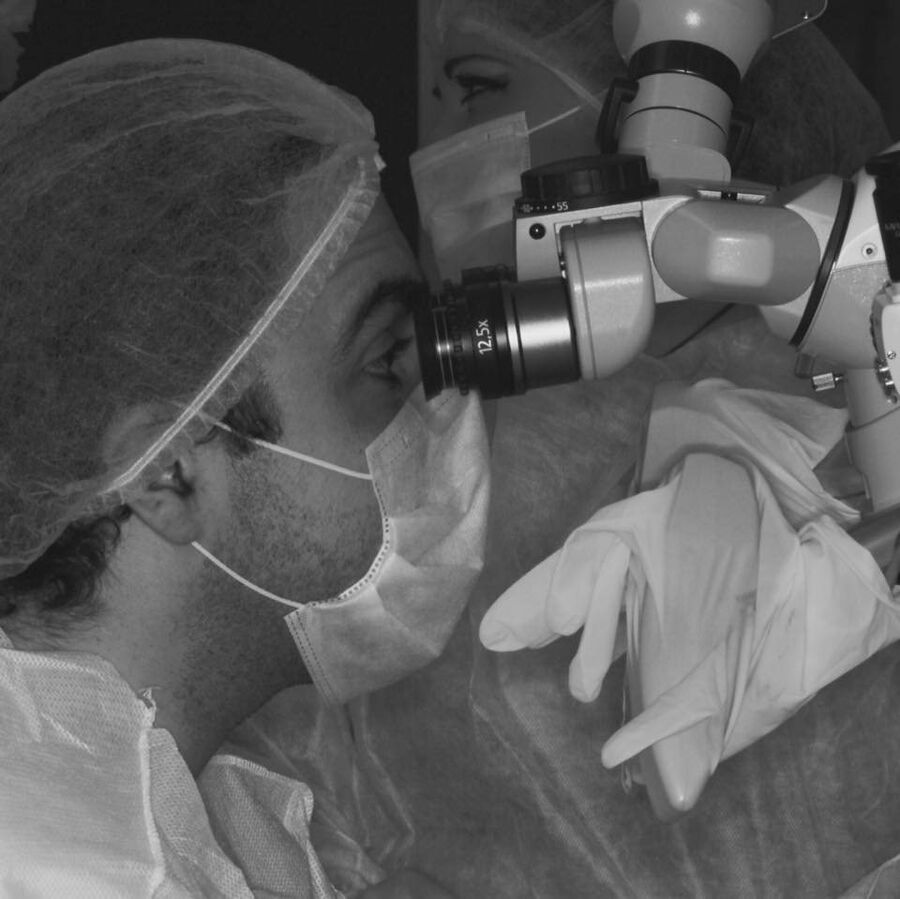 При микрохирургических операциях врачам иногда приходится сшивать  сосуды диаметров всего полмиллиметра