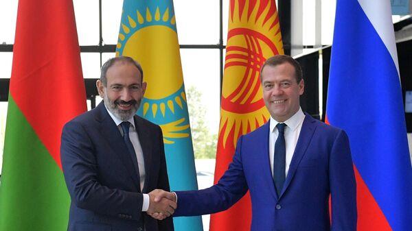 Дмитрий Медведев и премьер-министр Армении Никол Пашинян перед началом заседания ЕАЭС