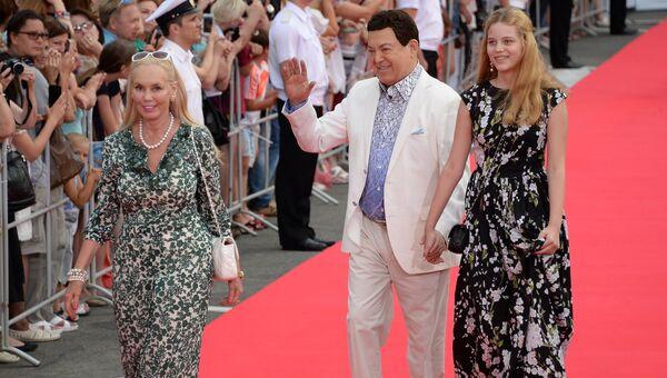 Певец Иосиф Кобзон с супругой Нелли и внучкой на церемонии закрытия 26-го Открытого Российского кинофестиваля Кинотавр в Сочи