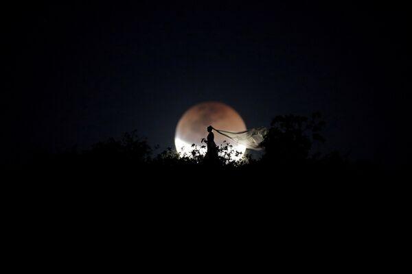 Невеста во время лунного затмения в Бразилии. 27 июля 2018