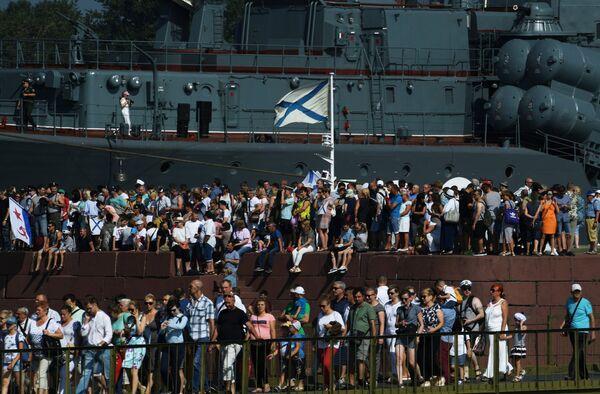 Зрители у эскадренного миноносца Беспокойный перед началом главного военно-морского парада в Кронштадте