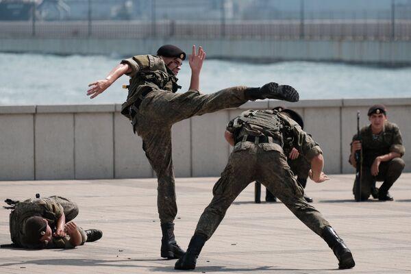 Морские пехотинцы во время показательных выступлений на праздновании Дня Военно-Морского Флота в Новороссийске