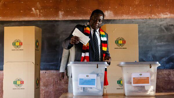 Президент Зимбабве Эммерсон Мнангагва в процессе голосования на избирательном участке в начальной школе Шервуда в Квекве. 30 июля 2018
