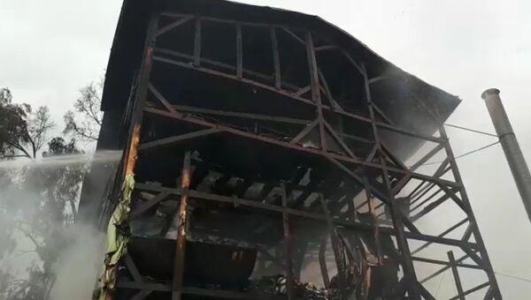 Работа пожарных на месте возгорания частного дома в Сочи