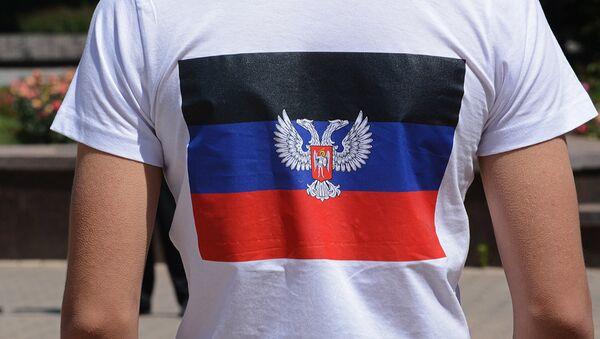 Флаг Донецкой Народной Республики на футболке. Архивное фото