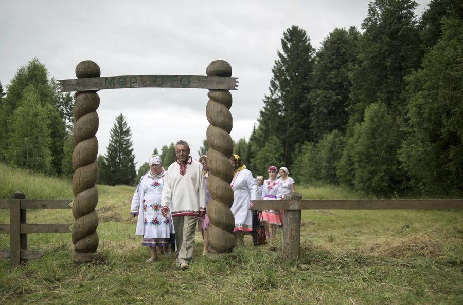 Жители села  Шоруньжа входят через ворота в священную рощу на праздник Сярем