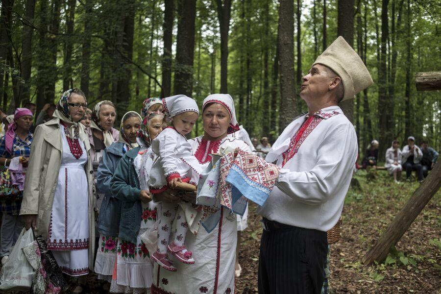 Жители села Шоруньжа приносят дары богу Ош Куго-Юмо к священному дереву (онапу) на празднике Сярем