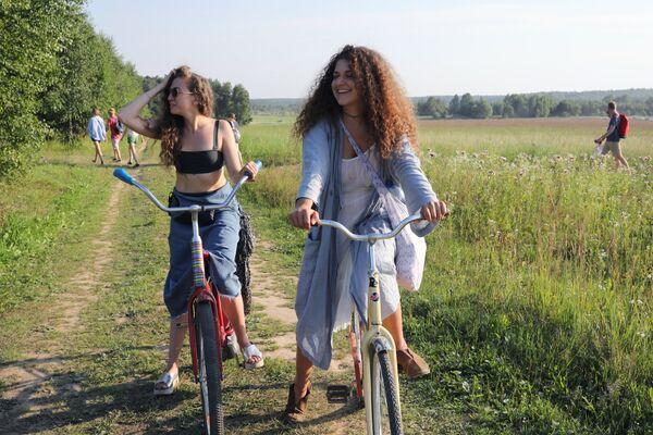 Посетители международного фестиваля ландшафтных объектов Архстояние в Калужской области.