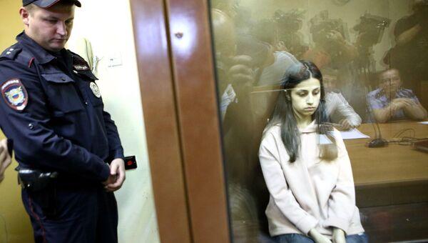 Задержанная по обвинению в убийстве отца 19-летняя Ангелина Хачатурян в Останкинском суде. 30 июля 2018