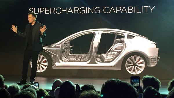 Инженер, предприниматель, изобретатель и инвестор Илон Маск во время презентации автомобиля Tesla Model 3. 31 марта 2016
