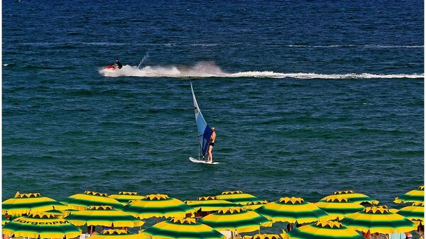 Серфер на пляже в Болгарии