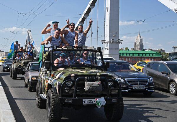 Участники празднования дня ВДВ на Крымском мосту в Москве.