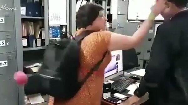 Британская туристка бьет офицера иммиграционной службы по лицу в аэропорту Бали