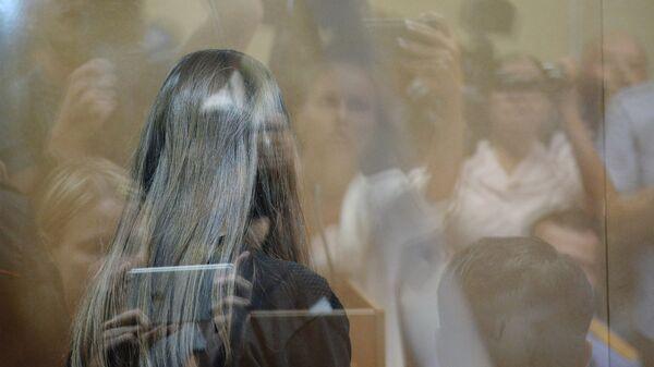 Одна из сестер Хачатурян, обвиняемых в убийстве своего отца, Михаила Хачатуряна, в зале Останкинского суда Москвы во время избрания меры пресечения