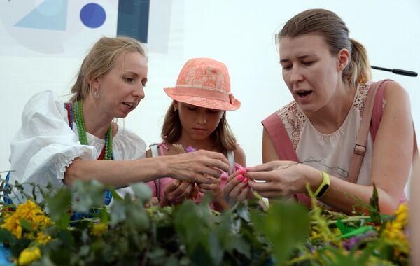 Посетители во время мастер-класса на фестивале Многонациональная Россия в Москве
