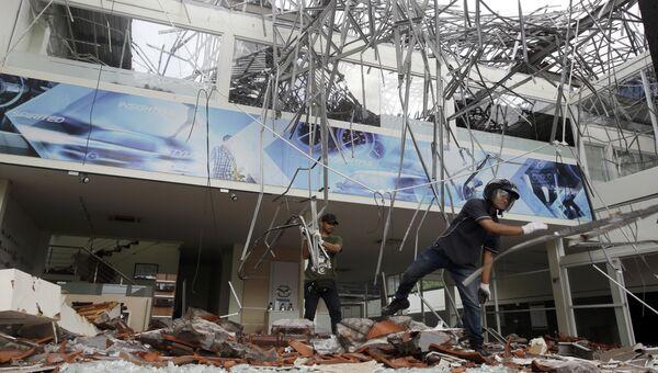 Рабочие разбирают завалы в здании, поврежденном землетрясением на Бали, Индонезия. 6 августа 2018