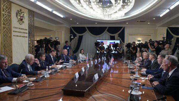 Председатель комитета Совета Федерации РФ по международным делам Константин Косачев  и член Сената Конгресса США от Республиканской партии Ренд Пол (четвертый справа) во время встречи в Москве. 6 августа 2018
