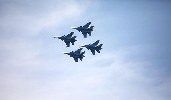 Авиационная группа высшего пилотажа Русские витязи показывает для гостей фестиваля Нашествие фигуры высшего пилотажа