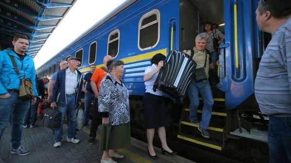 Пассажиры поезда №005 Украина по маршруту Москва-Киев на перроне Центрального вокзал в Киеве