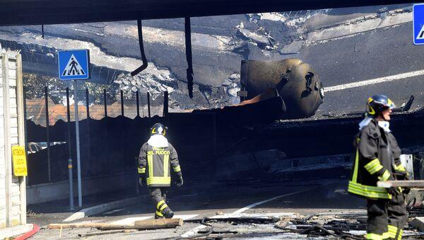 Пожарные на автостраде близ города Борго Панигале, провинция Болонья, где произошел мощный взрыв. 6 августа 2018