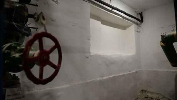Бывший приемный люк для угля в подвале, где располагалась котельная