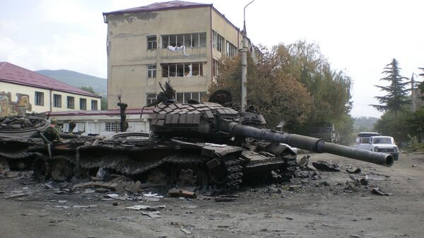 Разбитая боевая техника в городе Цхинвали, подвергшемся нападению грузинских войск. 11 августа 2008 года