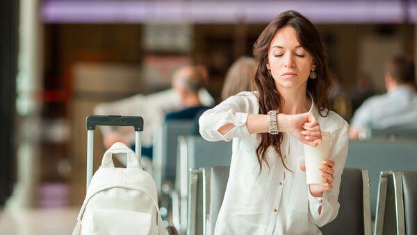 Девушка в зале ожидания аэропорта