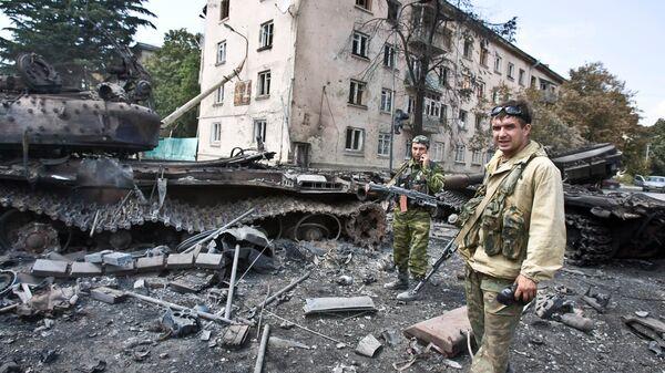 Югоосетинские ополченцы в городе Цхинвали, подвергшемся нападению грузинских войск