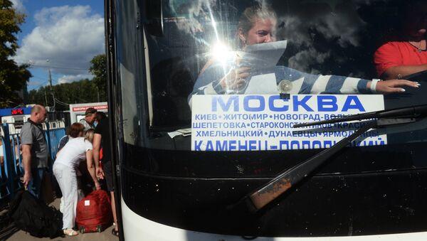 Автобус, следующий по маршруту Москва - Каменец-Подольский на автовокзале в Москве