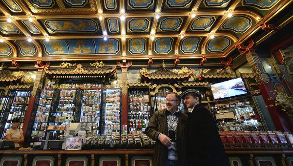 Посетители в магазине Чайный магазин Перлова на Мясницкой улице в Москве
