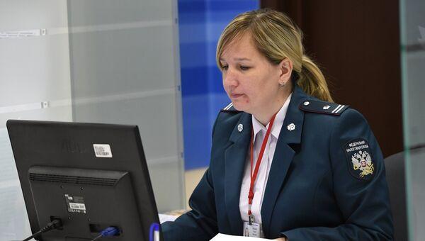Сотрудница Федеральной налоговой службы РФ. Архивное фото