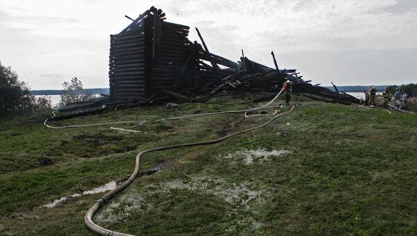 Сотрудники противопожарной службы у сгоревшего здания церкви Успения Божией Матери в Кондопоге в Карелии