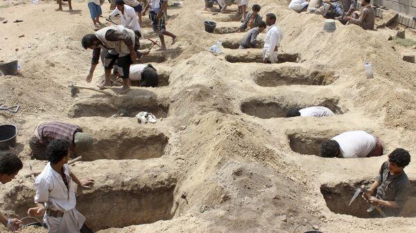 Подготовка могил для детей, погибших после авиаудара Коалиции во главе с Саудовской Аравией по  городу Саада, удерживаемом мятежниками-хуситами.