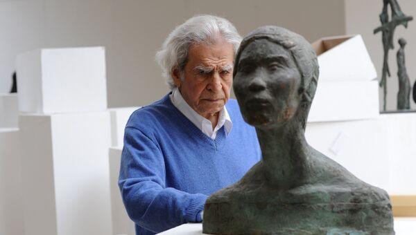 Скульптор и художник Николай Никогосян в своей мастерской. Архивное фото