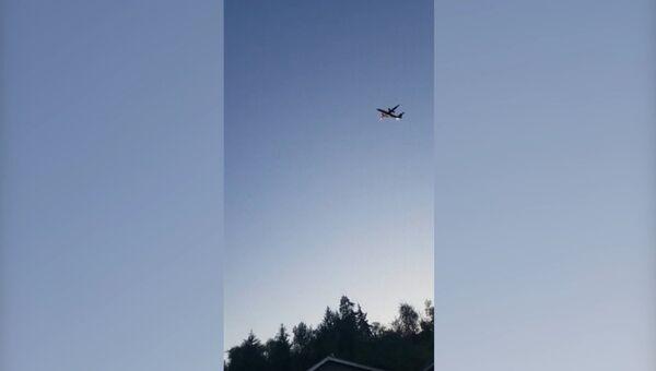 Очевидцы сняли на видео полет угнанного в США лайнера Q400