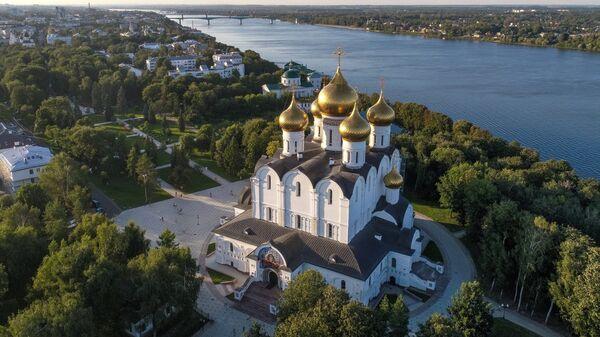 Успенский кафедральный собор на стрелке Волги и Которосли в Ярославле