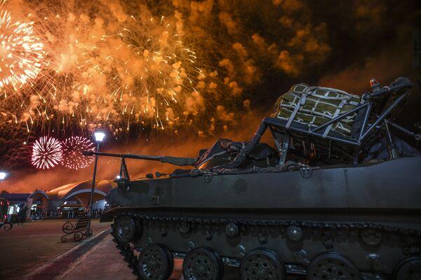 Салют на церемонии закрытия Армейских международных игр (АрМИ-2018) на подмосковном полигоне Алабино