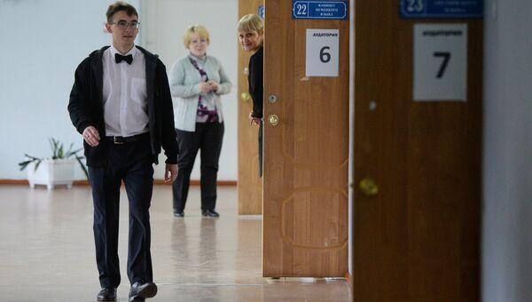 Ученик перед началом экзамена в школе №48 Новосибирска. Архивное фото