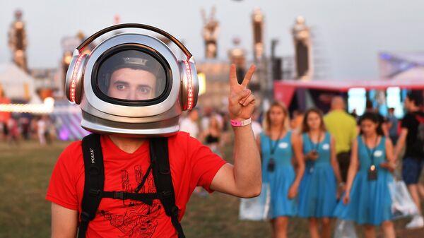 Посетитель на юбилейном пятом музыкальном фестивале Alfa Future People в Нижегородской области