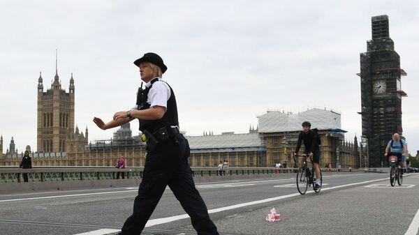 Сотрудник полиции у здания парламента в Лондоне, Великобритания