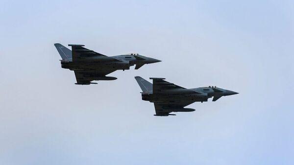 Пара истребителей Eurofighter Typhoon Королевских ВВС Великобритании