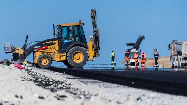 Рабочие на строительстве автомобильных подходов к мосту через Керченский пролив и автомобильной дороги федерального значения Таврида в Крыму