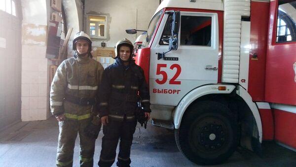 Бойцы пожарно-спасательной части № 52 Артём Ольгейзер и Виктор Гончаров