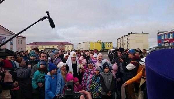 Дети на Новой Земле подарили впервые прилетевшему на архипелаг патриарху Кириллу полевые ромашки и пообщались с предстоятелем РПЦ